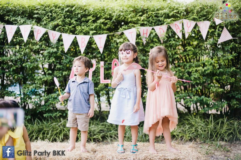 วันเกิดน้องไลลา ลูกสาวคุณแม่พอลล่า เทย์เลอร์ ในปาร์ตี้น้ำชา ฉลองวันเกิดอย่างน่ารัก พร้อมจัดตกแต่งปาร์ตี้สุดพิเศษ ทั้งอาหารและขนมเก๋ไก๋ตามธีมงาน เค้กวันเกิดอร่อยและน่ารัก พร้อมด้วยกิจกรรมให้เด็กๆสนุกอย่างเต็มที่