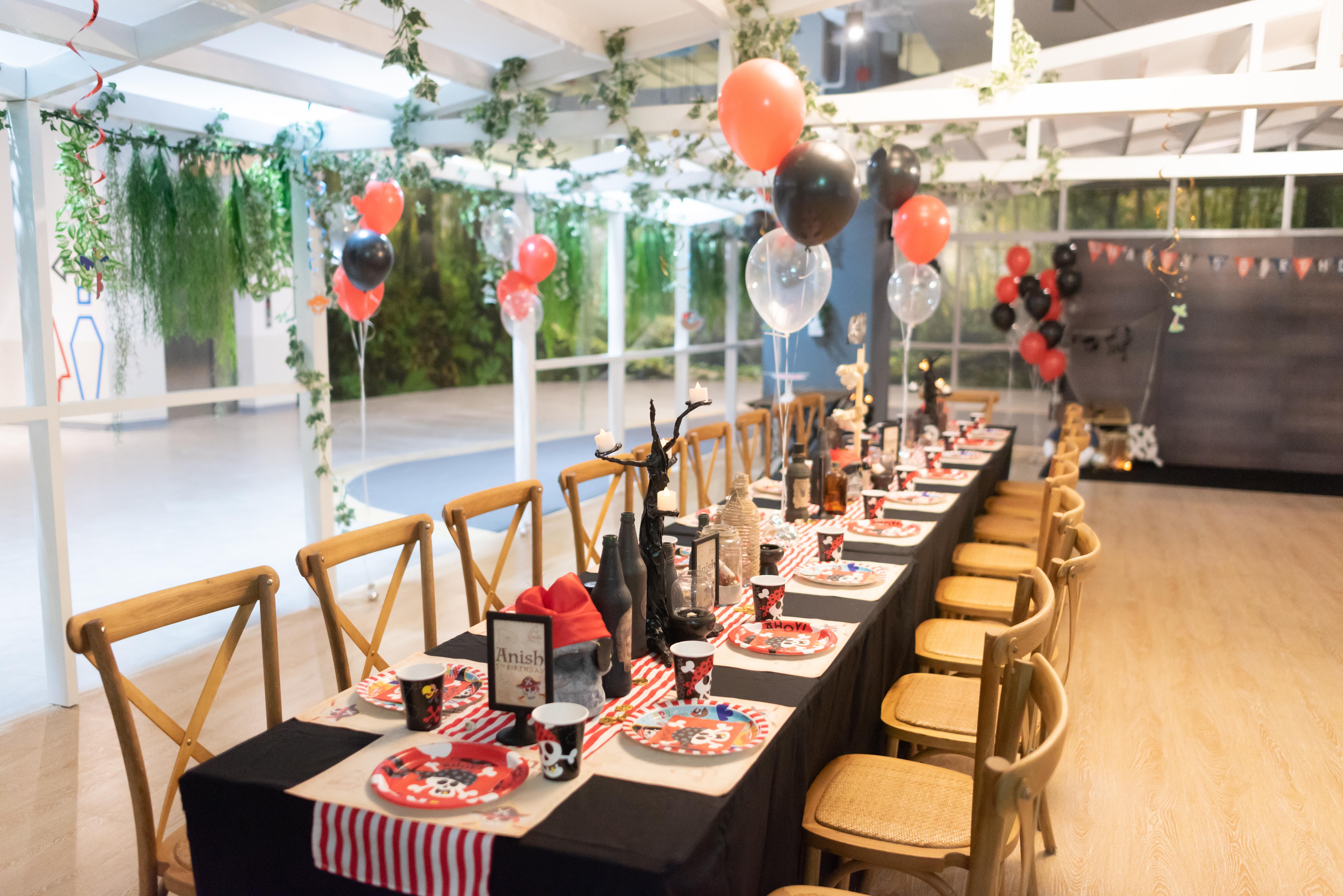 จัดปาร์ตี้สุดเท่ในธีมวันเกิดไพเรท โจรสลัด ไอเดียการจัดงานวันเกิดให้ลูก จัดปาร์ตี้ให้เด็กๆ ตกแต่งงานด้วยแบคดรอป ลูกโป่ง พร้อมเกมส์สนุกๆ มาสคอต พินยาต้า ตกแต่งโต๊ะ