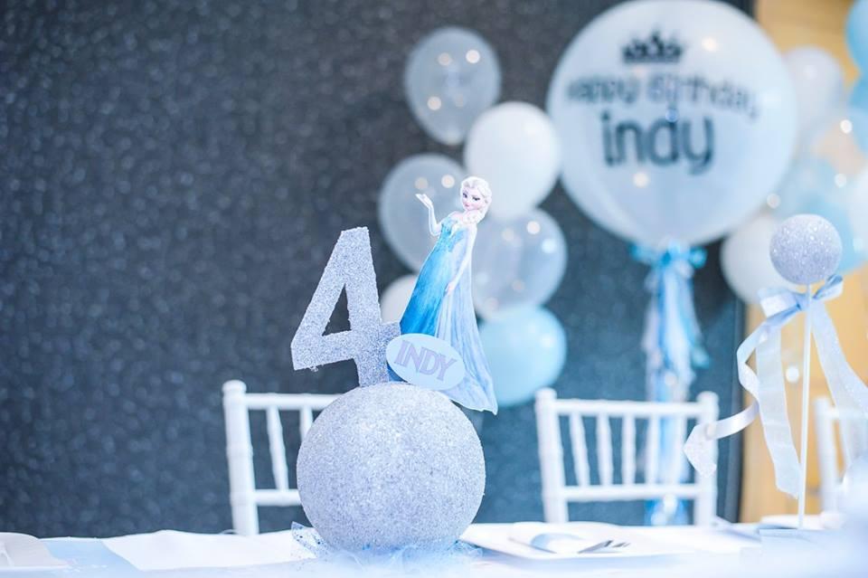 จัดปาร์ตี้วันเกิดน้องอินดี้ หลานสาวคุณกุ๊บกิ๊บในธีม Frozen มากันทั้งเอลซ่าและอันนา ทั้งแบคดรอป โต๊ะทานอาหาร การตกแต่ง และลูกโป่งน่ารักๆ
