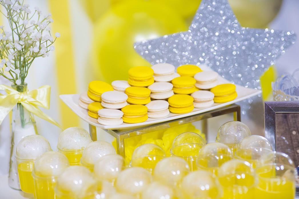 ตกแต่งงานวันเกิดในธีมสีเหลืองสดใส ตกแต่งด้วยซุ้มลูกโป่ง สัตว์น้อยแสนน่ารัก โต๊ะเค้ก เค้กวันเกิด ทำให้บรรยากาศน่ารัก สนุกสนาน และอบอุ่นที่สุด